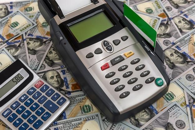 Notas de dólar com terminal e cartão de crédito Foto Premium