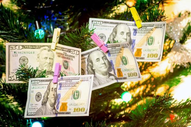 Notas de dólar decoram a árvore de natal um símbolo de riqueza e abundância