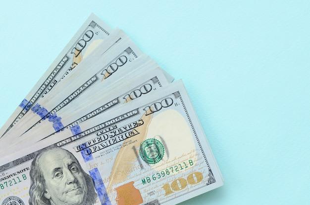Notas de dólar dos eua de um novo design com uma faixa azul no meio é mentiras o