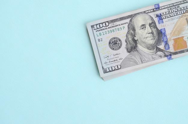 Notas de dólar dos eua de um novo design com uma faixa azul no meio é mentiras