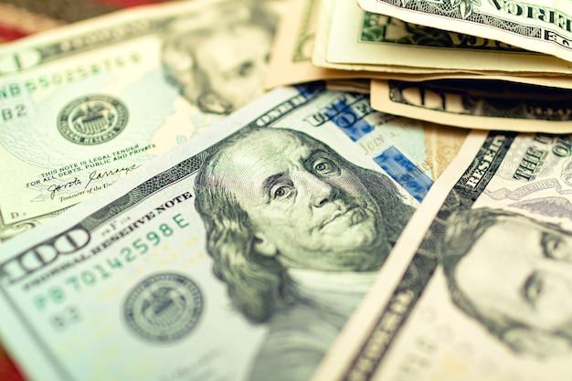Notas de dólar dos eua em uma mesa de madeira em fotografia de close