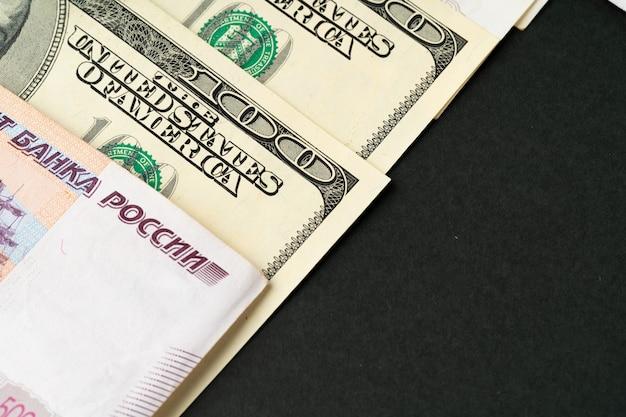Notas de dólar e rublo russo close-up