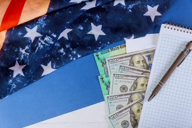 Notas de dólar em dinheiro na bandeira americana covid-19 sobre bloqueio pandêmico global, pacote financeiro de estímulo governamental para pessoas