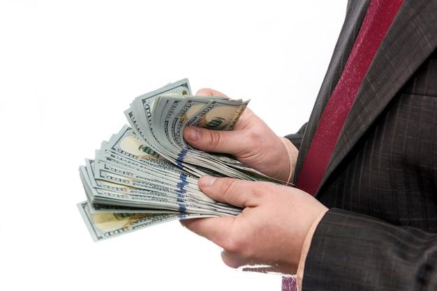 Notas de dólar em mãos masculinas fecham-se