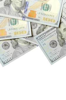 Notas de dólar empilhadas em fundo branco