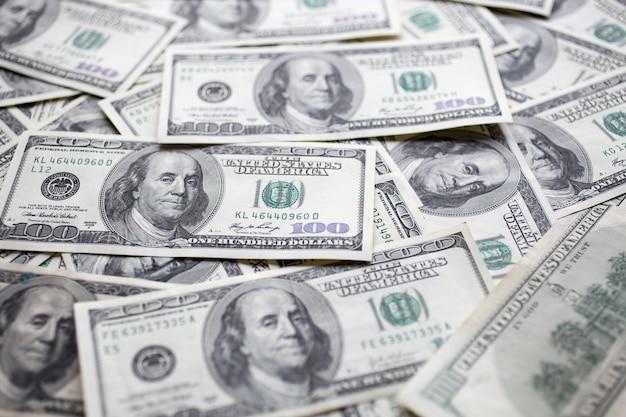Notas de dólar espalhadas sobre a mesa