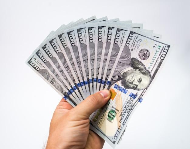 Notas de dólar na mão