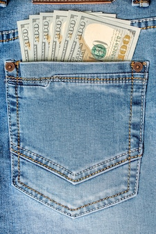Notas de dólar no bolso da calça jeans