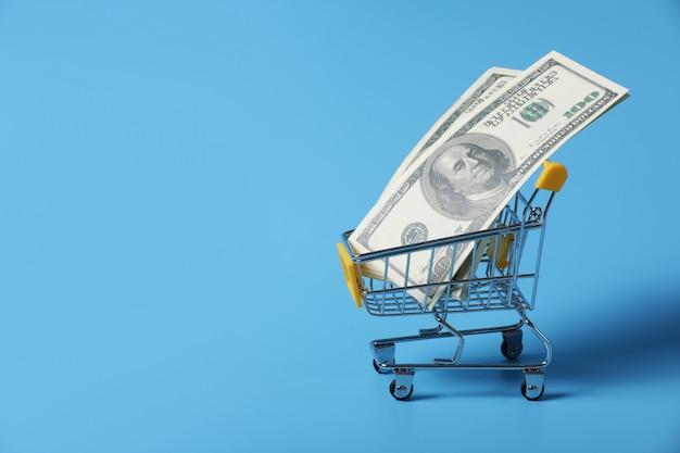 Notas de dólar no carrinho de compras