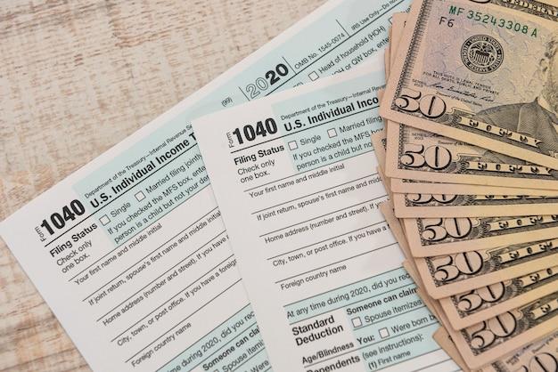Notas de dólar no formulário fiscal 1040 individual dos eua, conceito de contador