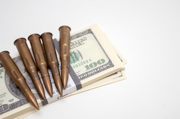 Notas de dólares americanos com armas. balas e dólares americanos.