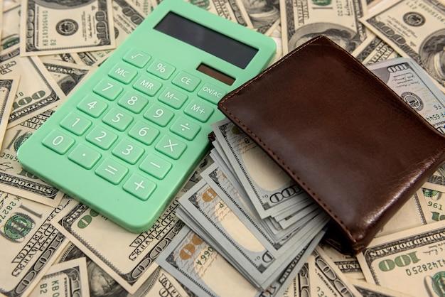 Notas de dólares americanos na carteira com calculadora. conceito de negócio financeiro.
