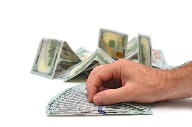 Notas de dólares disponíveis em fundo branco