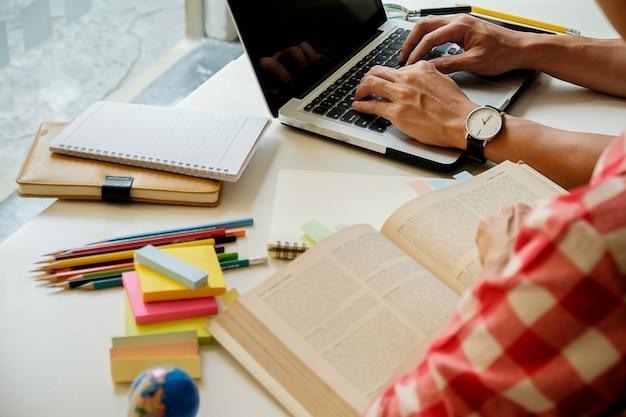 Notas de educação feminina estudando ambiente de trabalho natural