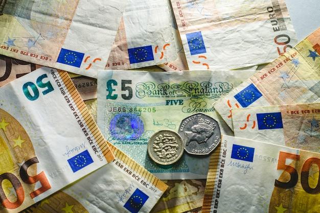 Notas de euro assediando a economia inglesa, conceito brexit