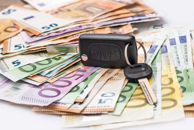 Notas de euro com chave do carro