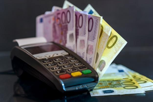 Notas de euro com terminal na superfície preta