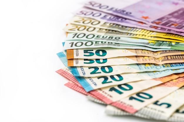 Notas de euro em leque isoladas no fundo branco