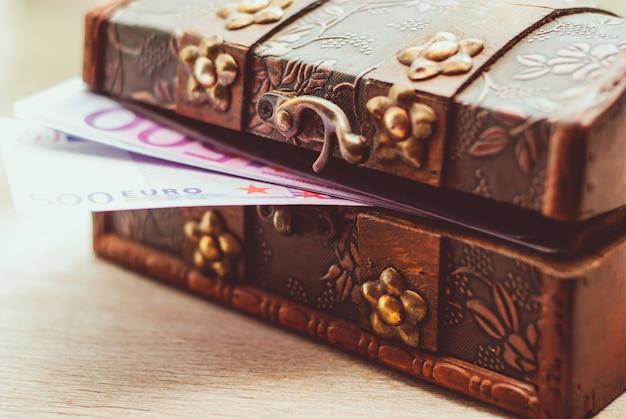 Notas de euro em um caixão