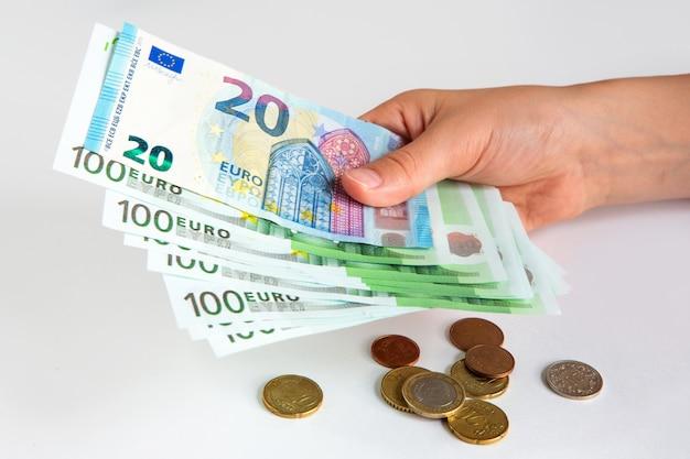 Notas de euro na mão. 20 e 100 euros