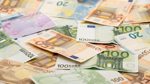 Notas de euros de diferentes valores. nota de euro de vinte, cinquenta, um, dois, quinhentos. fundo de dinheiro das notas de dinheiro. bons ganhos. emitindo o salário. porcentagem de crédito
