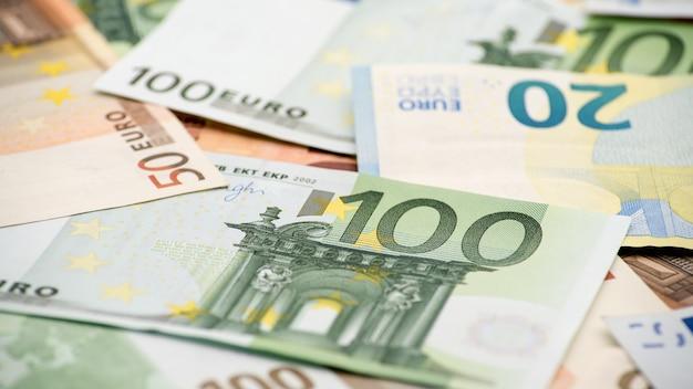 Notas de euros de diferentes valores. uma nota de cem euros. fundo de dinheiro vivo. notas reais de cem. bons ganhos. emitindo o salário. porcentagem de crédito