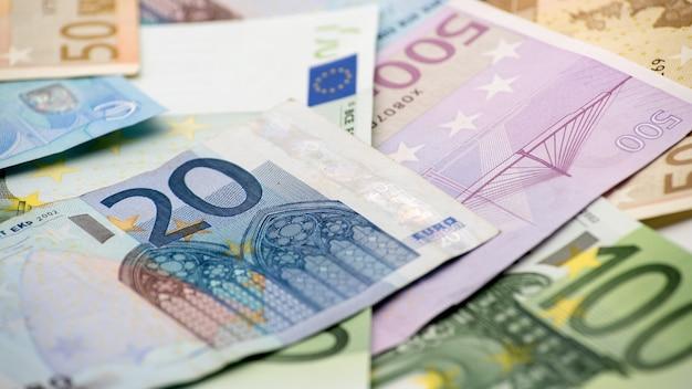 Notas de euros de diferentes valores. uma nota de vinte euros sobre as outras contas. fundo de dinheiro das notas de dinheiro. bons ganhos. emitindo o salário. porcentagem de crédito