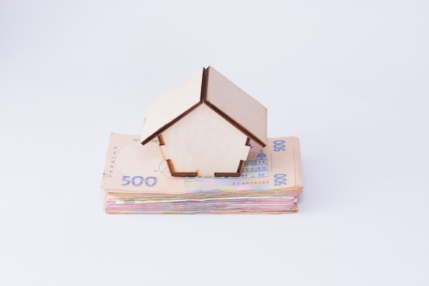 Notas de hryvnia uah com casa de madeira, isolada no fundo branco