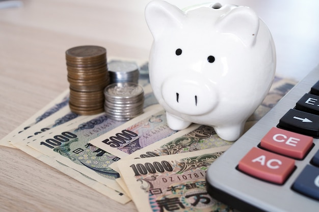 Notas de ienes japoneses e moedas de iene japonês para o conceito de dinheiro