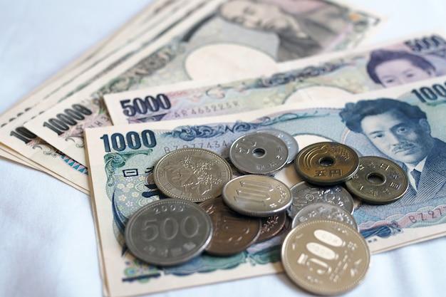 Notas de ienes japoneses e moedas de iene japonês por dinheiro