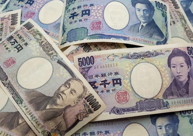 Notas de ienes japoneses e moedas de ienes japoneses para fundo de conceito de dinheiro