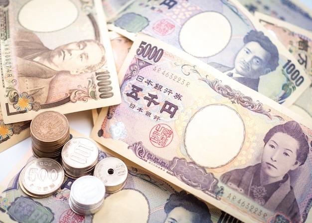 Notas de ienes japoneses e moedas de ienes japoneses para o conceito de dinheiro