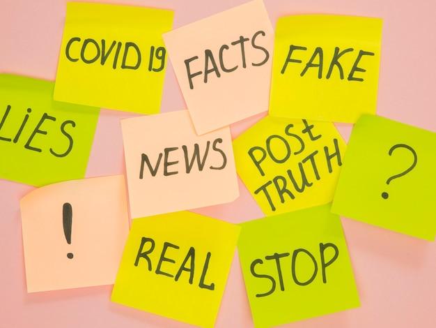 Notas de memória post-it para fatos falsos e verdadeiros da covid-19