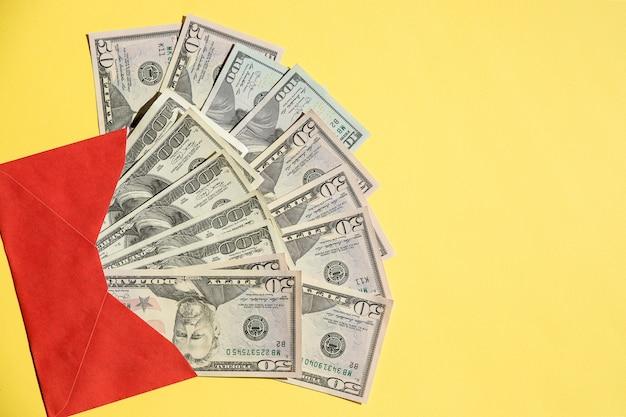 Notas de moeda em um envelope de papel vermelho aberto
