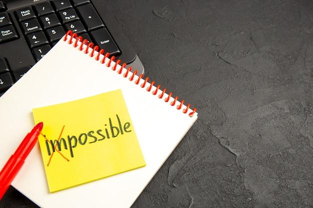 Notas de motivação com a palavra impossível no caderno