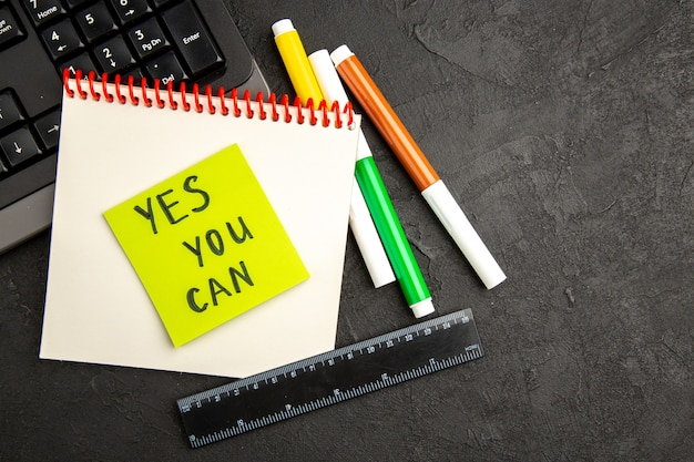 Notas de motivação de vista superior com teclado e lápis na superfície escura caneta fotográfica caderno de fotos cor de escrita escolar inspirar bloco de notas