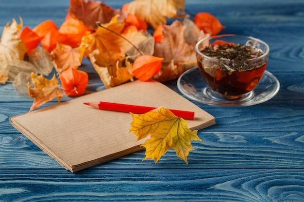 Notas de outono na mesa azul