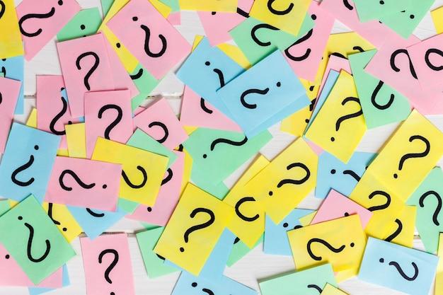 Notas de papel colorido com pontos de interrogação. fechar-se