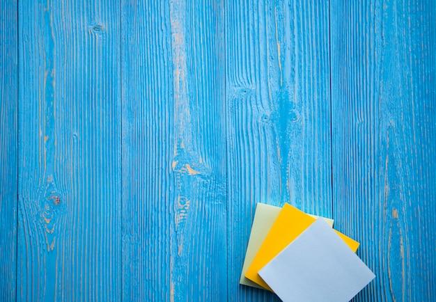 Notas de papel de memorando citação de motivação em papel colante em fundo branco de madeira