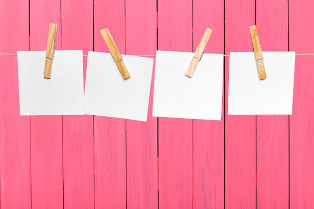 Notas de papel em branco, com espaço de cópia fixado na corda