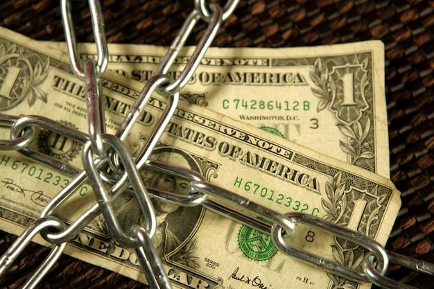 Notas de um dólar em correntes