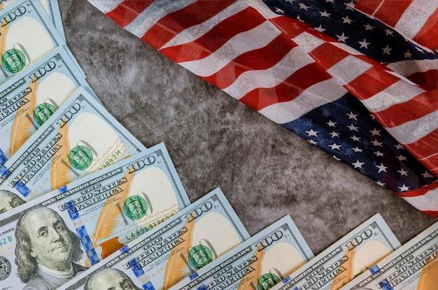 Notas e bandeira americana 100 notas de dólar eua