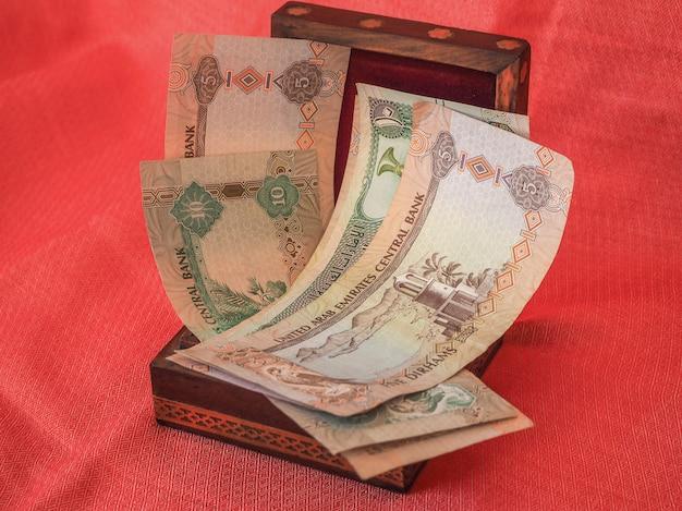 Notas e moedas da moeda do dirham do dinheiro árabe. o dinheiro na caixa.