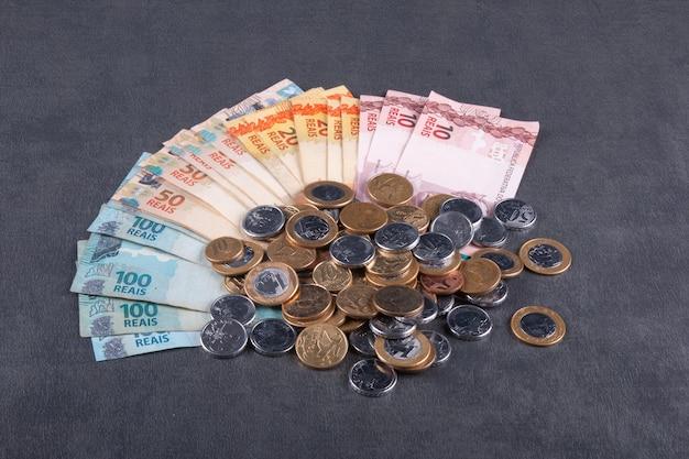 Notas e moedas de dinheiro brasileiro