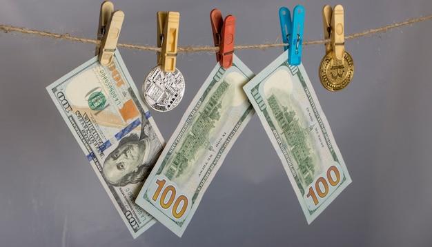 Notas e moedas penduradas em uma corda