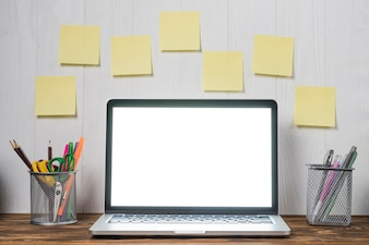 Notas e papéis fixos perto do laptop