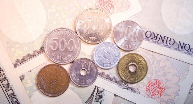 Notas em ienes japoneses e moedas em ienes japoneses por dinheiro
