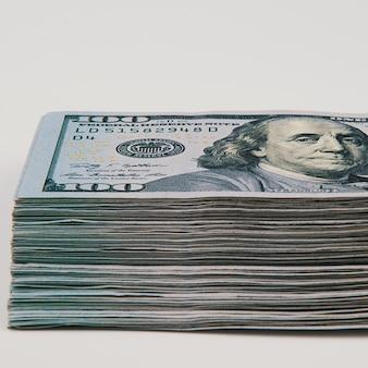 Notas isoladas de cem dólares americanos
