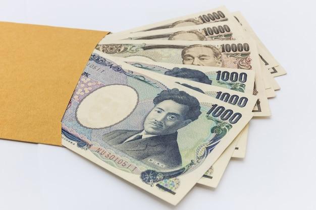 Notas japonesas 1.000 e 10.000 ienes em envelope marrom para dar e sucesso nos negócios e