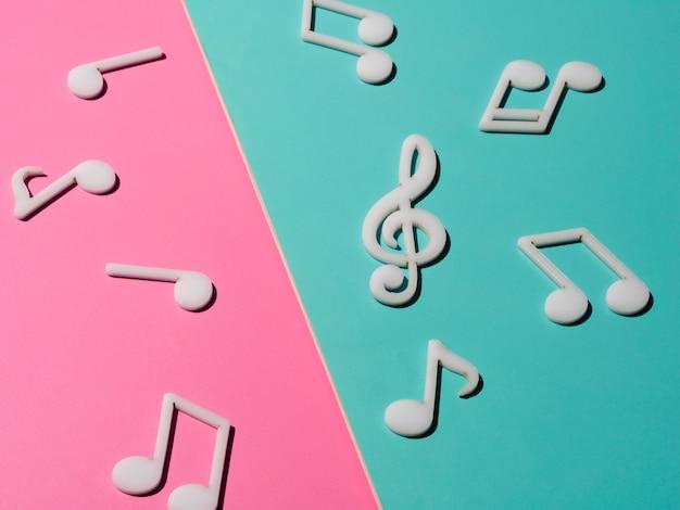 Notas musicais brancas sobre fundo colorido brilhante